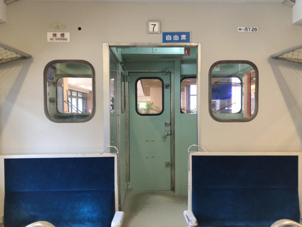歴史を感じる電車の自由席