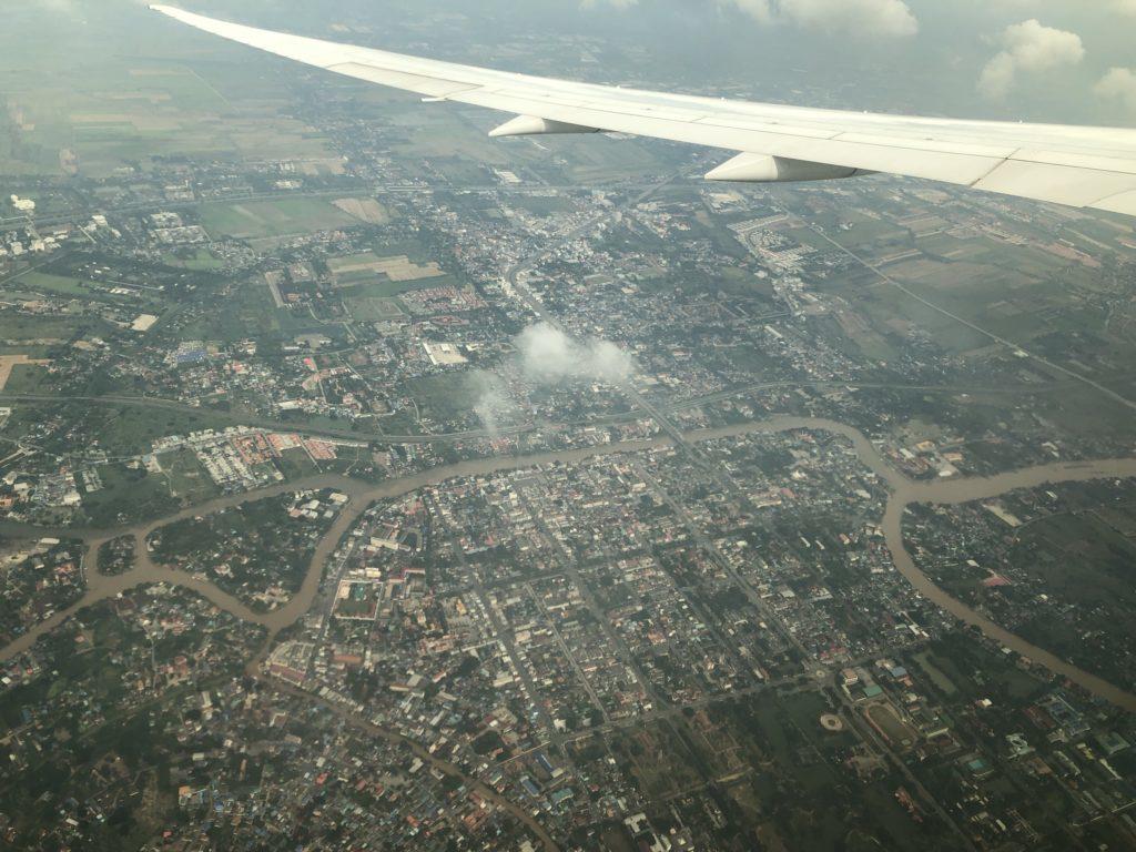 飛行機の窓から見えるタイの上空